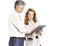 Examen du plan de travail de deux hommes d'affaires d'isolement sur le fond blanc Photo stock