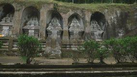 Examen du temple vers l'île de Batukar de Bali Il coûte sur la montagne à Batukar qui est un volcan éteint Ce Bali banque de vidéos