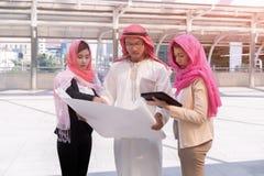 Examen homme d'affaires et de femme d'affaires arabes d'Arabe architectural photos stock