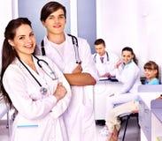 Examen médical d'enfant. photo stock