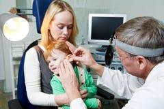 Examen médical d'otitus de docteur d'enfant Image libre de droits