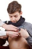 Examen médico del muchacho con el estetoscopio imagenes de archivo