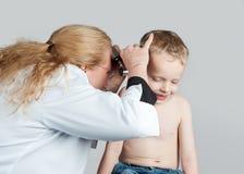 Examen médico del oído Foto de archivo libre de regalías