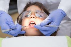 Examen pédiatrique de dentiste dents de petits garçons dans la chaise de dentistes Photographie stock