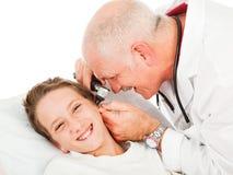 Examen pediátrico - cosquilloso Imagen de archivo