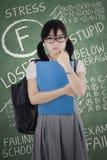 Examen reprobado y muchacha triste Fotos de archivo libres de regalías