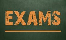 Examens /are écrits sur un tableau Tableau noir Photo libre de droits