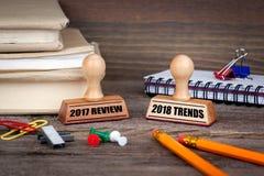2017 examens et 2018 tendances Tampon en caoutchouc sur le bureau dans le bureau Fond d'affaires et de travail Photographie stock libre de droits