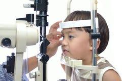 Examinação de olho do menino fotografia de stock