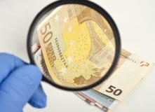 Examinação do dinheiro Foto de Stock