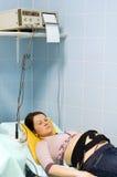 Examinación de la mujer embarazada imagen de archivo libre de regalías