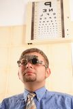 Examinación de ojo paciente masculina Foto de archivo libre de regalías
