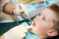 Examinación dental del niño Foto de archivo