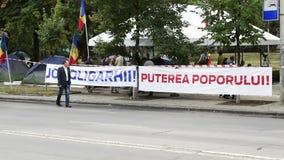 Examinando al manifestante acampe delante del edificio de la presidencia en el Moldavia, Chisinau metrajes