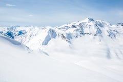 Examinar para baixo a passagem de Asulkan e as sete etapas à linha do esqui de Paradise perto de Rogers Pass no canadense Montanh imagem de stock