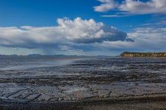 Examinar sobre os planos de lama o ponto de Clarks em Bristol Bay foto de stock