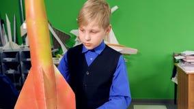 Examinating do menino da escola primária do modelo de foguete Fim acima 4K filme