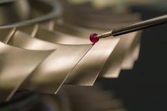Examine las piezas de metal de la dimensión por CMM después de proceso que trabaja a máquina en fábrica industrial imagenes de archivo