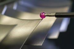 Examine las piezas de metal de la dimensión por CMM después de proceso que trabaja a máquina en fábrica industrial fotos de archivo