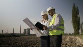 Examine o arquiteto que novo os coordenadores team na análise de terminação energética do central elétrica do local de trabalho p video estoque