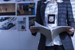 Examiner des dossiers et des documents Images libres de droits