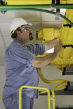 Examiner les câbles fibreoptiques dans le Fiberduct Photo stock