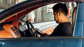 Examiner un moteur de voiture OBD pour assurer la réparation au garage de voiture photo stock