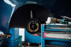 Examiner une suspension de voiture pour assurer la réparation au garage de voiture photo libre de droits