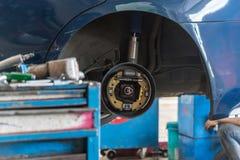 Examiner une suspension de voiture pour assurer la réparation au garage de voiture photos libres de droits