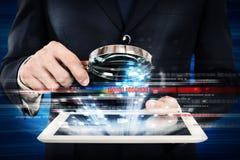 Examinez un comprimé d'ordinateur images libres de droits