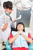 Examing δόντια οδοντιάτρων Στοκ εικόνες με δικαίωμα ελεύθερης χρήσης