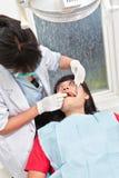 Examing δόντια οδοντιάτρων Στοκ Φωτογραφία