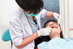 Examing δόντια οδοντιάτρων Στοκ Εικόνα