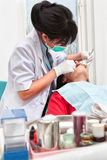 Examing δόντια οδοντιάτρων Στοκ εικόνα με δικαίωμα ελεύθερης χρήσης