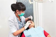 Examing δόντια οδοντιάτρων Στοκ Φωτογραφίες