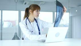 Examing Röntgenstrahl jungen weiblichen ernsten Doktors des Patienten, der Lungen und des ribcage stock video footage