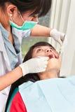Examing tänder för tandläkare Arkivbilder