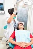 Examing tänder för tandläkare Arkivfoton