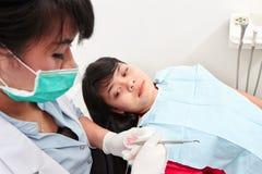 Examing tänder för tandläkare Arkivfoto