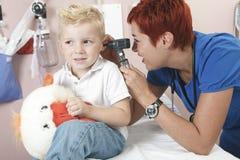 Examining医生逗人喜爱的小男孩 免版税图库摄影