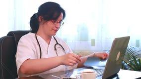 Examining医生X光片 股票视频