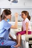 Examining Child的Eyes In医生医生的办公室 库存照片