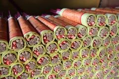 Exaspérez les bâtons ou les bâtons d'encens enveloppés en papier d'idole chinoise, Seremban, Malaisie Photos libres de droits
