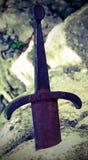 Excalibur är ett legendariskt svärd på vaggar royaltyfria bilder