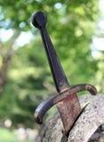 Excalibur die berühmte Klinge im Stein stockfotografie