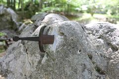 Excalibur-Klinge im Stein stockbilder