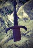 Excalibur också kallade Caliburn är ett legendariskt svärd av konungen Arth royaltyfri fotografi
