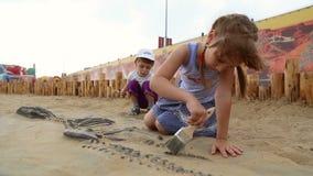 Excavación arqueológica de los huesos de dinosaurio almacen de video