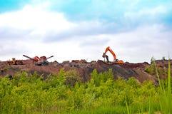 Excavación de funcionamiento de la maquinaria pesada Foto de archivo libre de regalías