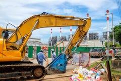 Excavador amarillo contra emplazamiento de la obra Imágenes de archivo libres de regalías